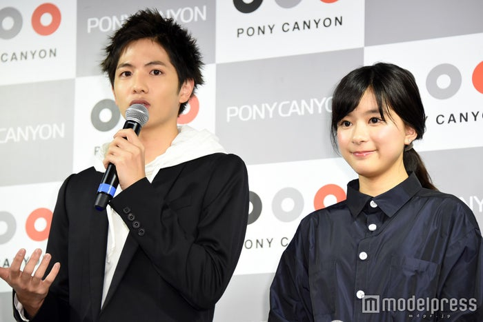 朝ドラヒロインに抜擢された芳根京子(右)を祝福した志尊淳(C)モデルプレス