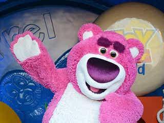 """香港ディズニーランド『トイ・ストーリー』ロッツォが初登場!ピンクの""""ふわふわボディ""""が可愛い<10周年イベント現地レポ>"""