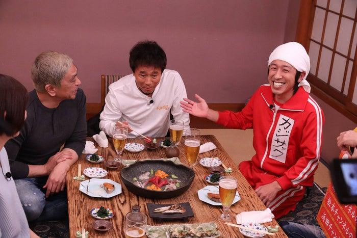 左から)山崎夕貴(フジテレビアナウンサー)、松本人志、浜田雅功、カジサック(C)フジテレビ
