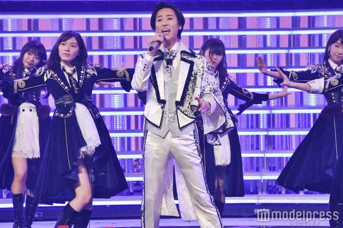 山内惠介のバックで踊るAKB48メンバー /写真はリハーサル時のためAKB48の衣装のまま (C)モデルプレス