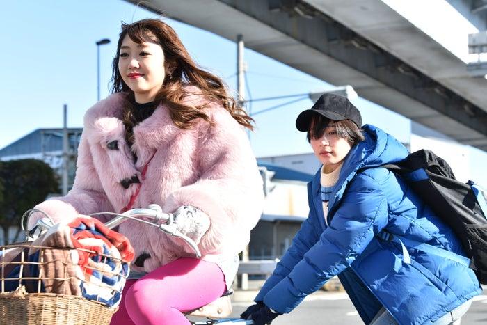 碓井玲菜、広瀬すず(C)日本テレビ※第1話より<br>