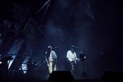 菅田将暉、米津玄師のライブにサプライズ登場 「灰色と青」初披露で抱き合う