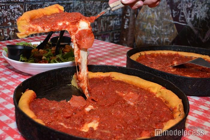 チーズたっぷり、トマトの旨味が濃厚なソースのかかったシカゴピザ(C)モデルプレス
