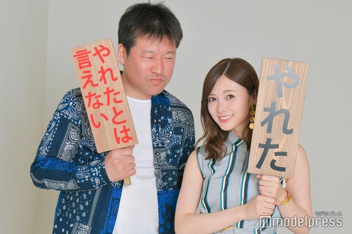 佐藤二朗、白石麻衣(C)モデルプレス