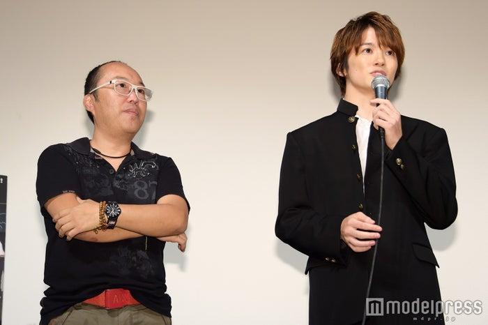 (左から)根本和政監督、小西成弥(C)モデルプレス