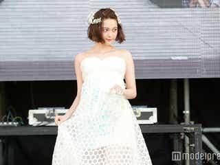 玉城ティナ、純白ドレスで地元・沖縄凱旋 美デコルテ&背中あらわに魅了