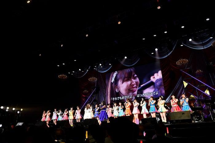 指原莉乃とHKT48メンバー「第8回 AKB48紅白対抗歌合戦」(C)AKS