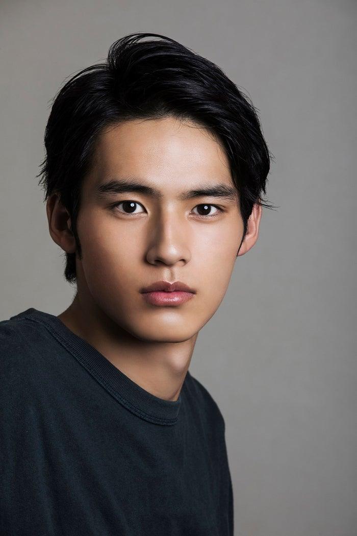 <岡田健史(おかだ・けんし)プロフィール> 1999年5月12日生まれ、福岡県出身。2018年、オーディションを経て新人ながらドラマ「中学聖日記」で主演の相手役という異例の抜擢を受け、俳優デビュー。2020年はドラマ「MIU404」、「大江戸もののけ物語」、「いとしのニーナ」、「これっきりサマー」、「ほんとにあった怖い話 2020特別編」、映画「弥生、三月-君を愛した30年-」、「望み」、「ドクター・デスの遺産―BLACK FILE―」が公開。待機作に「新解釈・三國志」(12月11日公開)、映画「奥様は、取り扱い注意」(2021年3月19日公開)がある。