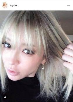 浜崎あゆみ プラチナブロンドの髪色チェンジ写真公開に「似合うなぁ」と絶賛