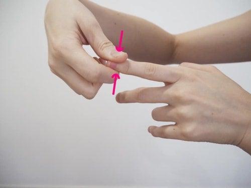 爪の両側を反対の手の人差指と親指で挟みグリグリと押す
