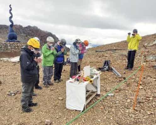 御嶽・八丁ダルミで初の慰霊登山 遺族ら、噴火7年を前に