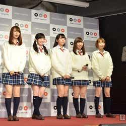 (左から)平嶋夏海、菊地あやか、渡辺麻友、多田愛佳、岩佐美咲、浦野一美、山里亮太