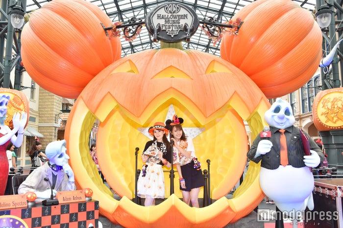 ディズニーランドの新フォトロケーション/モデル:(左から)松田佳奈子、山本沙樹/(C)モデルプレス(C)Disney