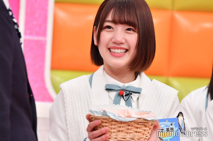 佐々木美玲、手作りクッキーを小籔千豊へ (C)モデルプレス