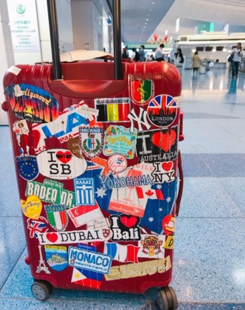 旅で集めるモノ:その土地のシール。2008年からの相棒ちゃんは、世界の国のシールでいっぱいです/小澤陽子アナウンサー(提供写真)