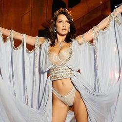 """ベラ・ハディッド、迫力バストあらわ""""女神のランジェリー""""で舞う ジジとの姉妹共演ならずも存在感<ヴィクトリアズ・シークレット ファッションショー>"""