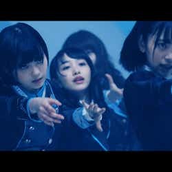 坂道AKB『誰のことを一番 愛してる?』ミュージックビデオより(C)AKS