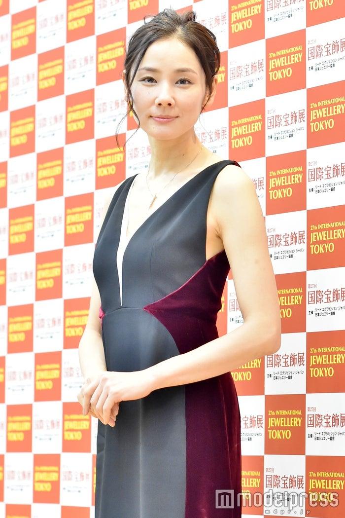 吉田羊、年齢非公表も少しバレる 胸元ざっくり&切り替えドレスで輝き放つ(C)モデルプレス