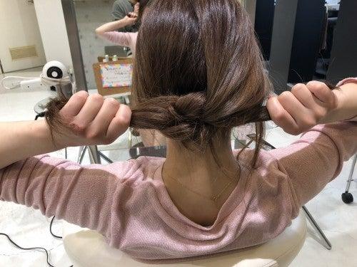 固結びをするように、もう一度同じように髪を結びます。