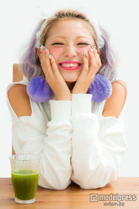 女子に嬉しいダイエット&美肌を叶える青汁/モデル:なつぅみ
