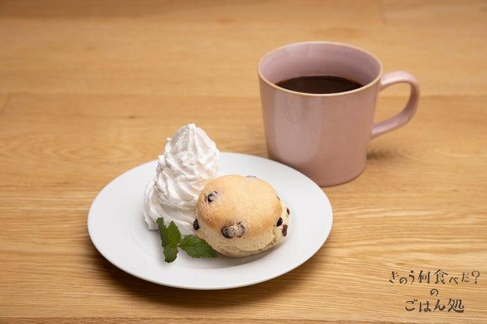 """""""可愛いカフェ""""のコーヒー<br> ドリンク単品 590円(税別)<br> 小さなスコーン付セット 990円(税別)/画像提供:パルコ"""