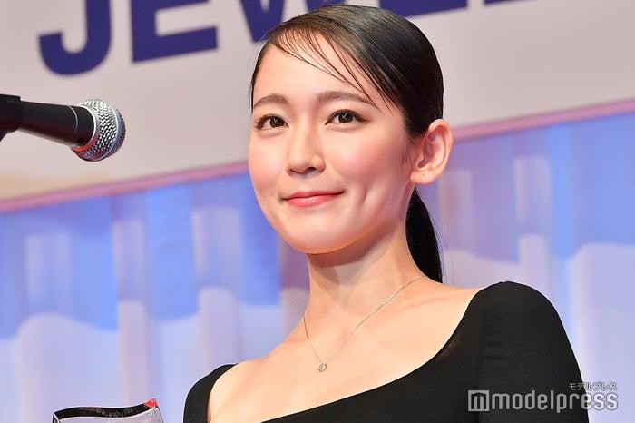 「第30回 日本ジュエリーベストドレッサー賞」を受賞した吉岡里帆/胸元にはプラチナダイヤペンダントが輝く(C)モデルプレス