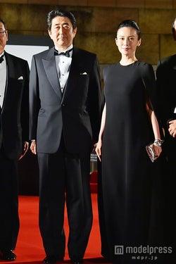 安倍首相「すごい熱気」中谷美紀にエスコートされ「第27回東京国際映画祭」登場
