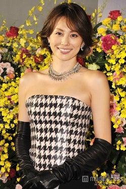 米倉涼子、胸元セクシーに登場 総額2億円ジュエリーも「違和感ない」