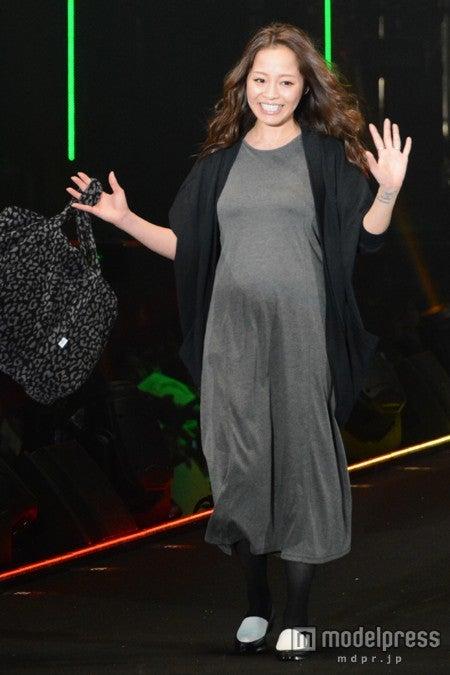 妊娠7ヶ月の大きなお腹でウォーキングを披露した小森純