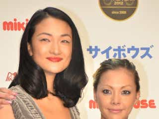 冨永愛&土屋アンナ、セクシードレスで2ショット 「ベストチーム・オブ・ザ・イヤー」受賞