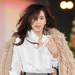 中村アン、かきあげヘアなびかせ大人なランウェイ ファーコーデで冬先取り!<GirlsAward 2016 A/W>