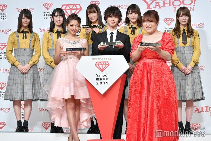 (後列左から)小坂菜緒、金村美玖、佐々木久美、佐々木美玲、加藤史帆(前列左から)ゆきぽよ、横浜流星、りんごちゃん (C)モデルプレス