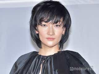 冨永愛、漆黒ミニドレスで美脚披露 ファッション業界のSDGsを語る