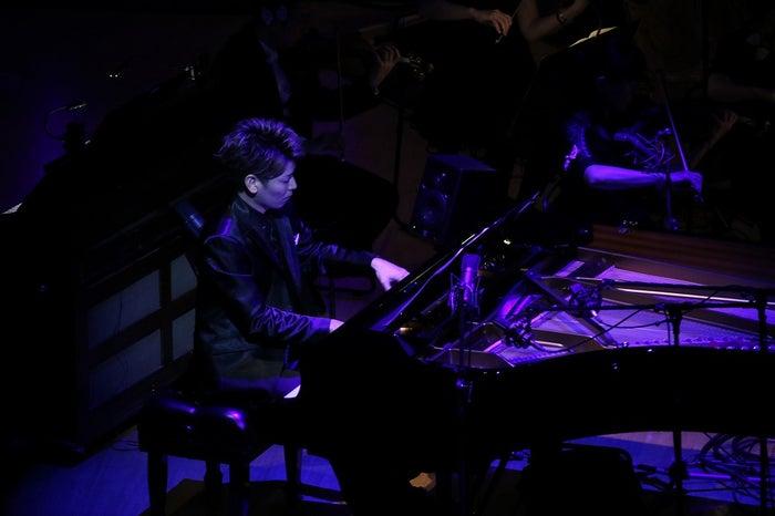 """ピアノ・SUGURUによる""""ウラネプメドレー""""(写真:堀衛」"""