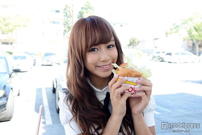 ハンバーガーを試食するちさみぽ