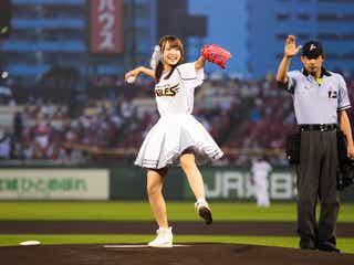 スパガ渡邉幸愛、ミニスカユニフォームで美脚披露 リベンジ始球式でノーバンならず