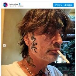 トミー・リー、顔面に日本語の巨大タトゥー