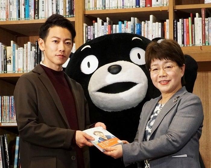 (左から)佐藤健、くまモン、宮尾千加子教育長 (画像提供:所属事務所)