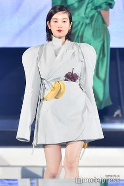 筧美和子、美脚披露 笑顔封印ランウェイ<神コレ2018A/W…