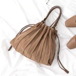 『プリーツデザインのバッグ』のおすすめ15選持つだけで旬顔に♪