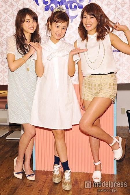 (左から)松元絵里花、デザイナーのYVE氏、久松郁実