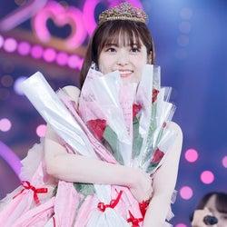 メンバーから受け取ったバラを抱える松村沙友理「さ~ゆ~Ready? 松村沙友理卒業コンサート~」(提供写真)