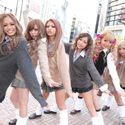 モデルプレス - 女子高生のための新雑誌創刊 制服×ルーズソックスのピチピチJK集結