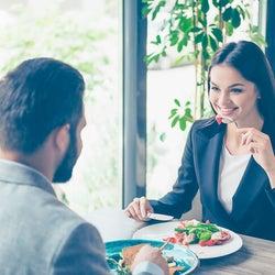 男性が食事デートで「育ちが悪そう」と感じる女性とは?