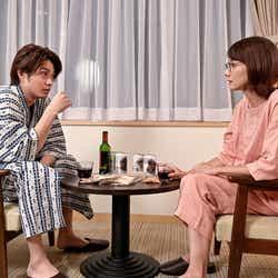 磯村勇斗、吉田羊/「恋する母たち」より(C)TBS