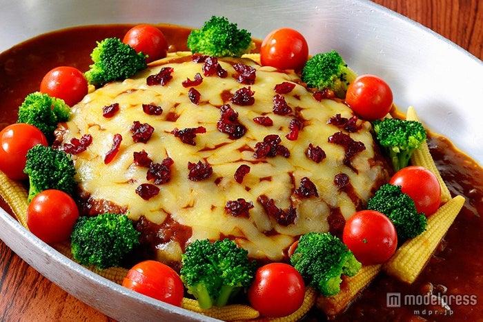 TDS「セイリングデイ・ブッフェ」スペシャルブッフェ/チーズハンバーグ、デミグラスソース(C)Disney