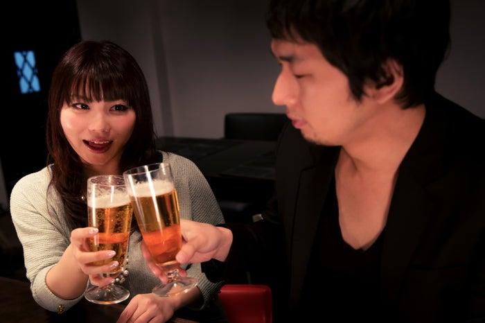 カウンター?テーブル?居酒屋での初デートで押さえたいポイント5つ/photo by ぱくたそ