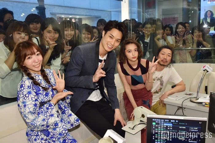 (左から)浜崎美保、鈴木伸之、玉城ティナ、マンボウやしろ(C)モデルプレス