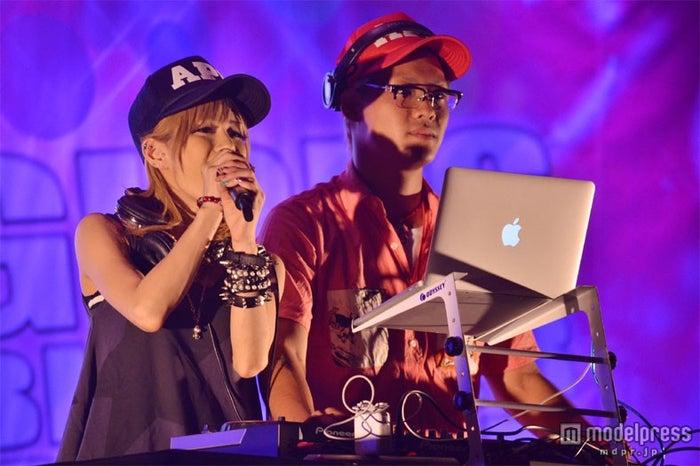 「GIRL'S BLOGGER STYLE 2012A/W」のオープニングを飾ったDJあげぽよ(左から:川端かなこ、DJ SATOSHI)