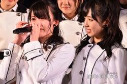 岡部麟に言葉をかける小栗有以(右)/AKB48岡部チームA「目撃者」公演(C)モデルプレス